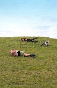 2571843-los-ninos-se-divierten-rodando-por-una-colina-cubierta-de-hierba